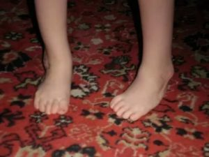 Ребенок криво ставит одну ступню при хождении
