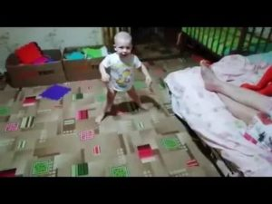 Ребенок 7 месяцев садится на шпагат