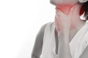 Приступообразный кашель, постоянное сдавливание в области шеи