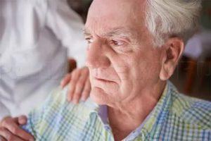 Неадекватное поведение пожилой женщины