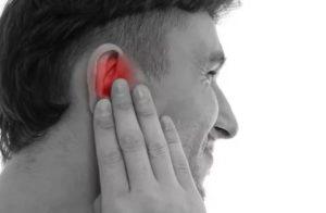 Слегка побаливает в левом ухе