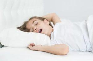 Ребенок ночью дышит ртом, иногда дыхание останавливается
