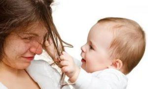 Ребенок 1 год и 10 мес нюхает и трогает мамины волосы