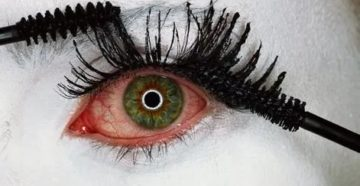 Щёткой от туши попала в глаз