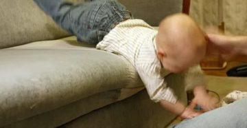 Ребенок упал с дивана высотой 45 см лбом
